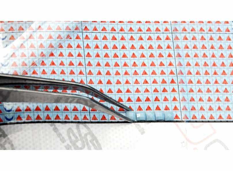 На картинке показывается, как переносить стразы на схему вышивки