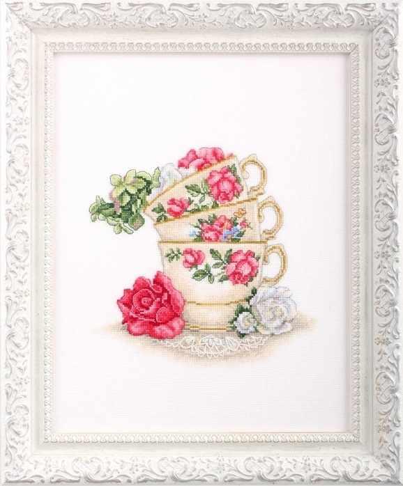 M622 Чашка чая с лепестками роз