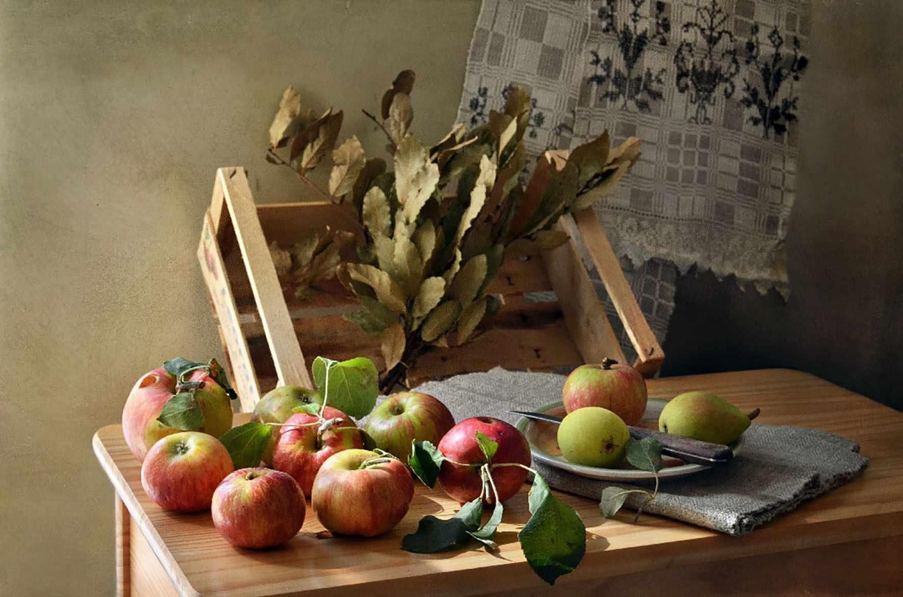 П48 Яблоки на столе