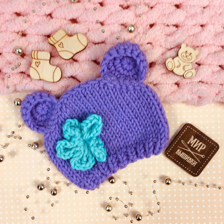 Вязанная шапочка для куклы. Фиолетовая с цветком
