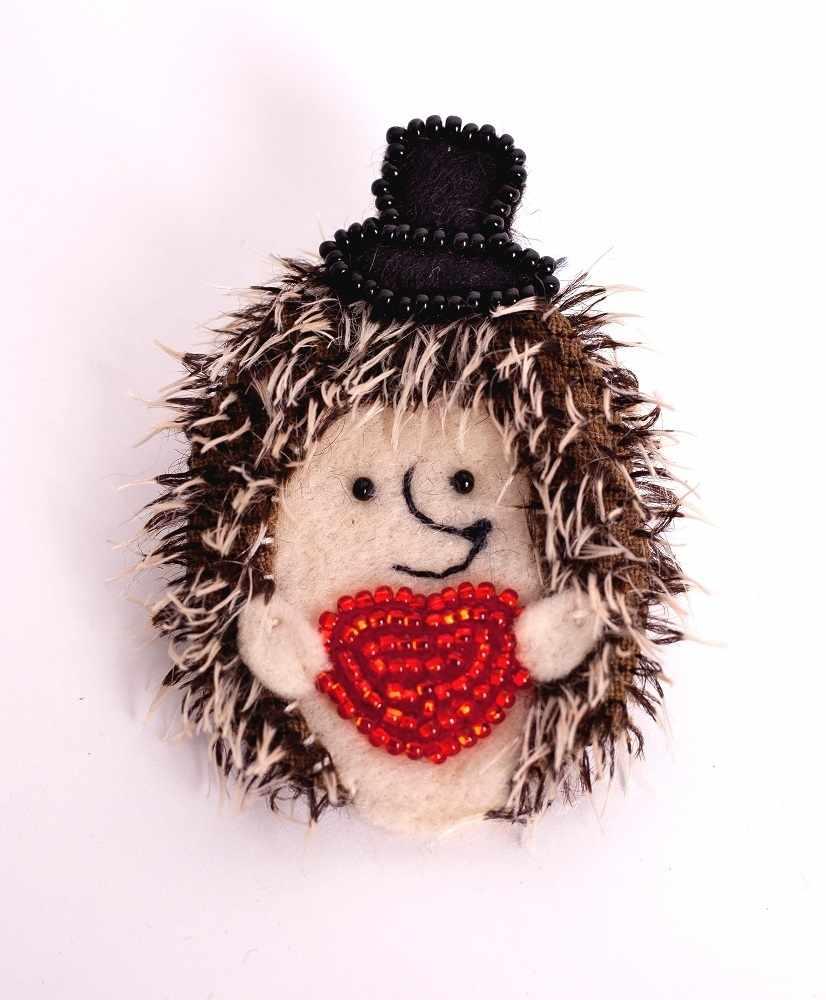 """ПМЕ-1452 Брошка """"Влюбленный ёжик"""" - игрушка (Перловка)"""