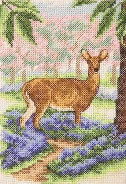 AK138 Олень в лесу