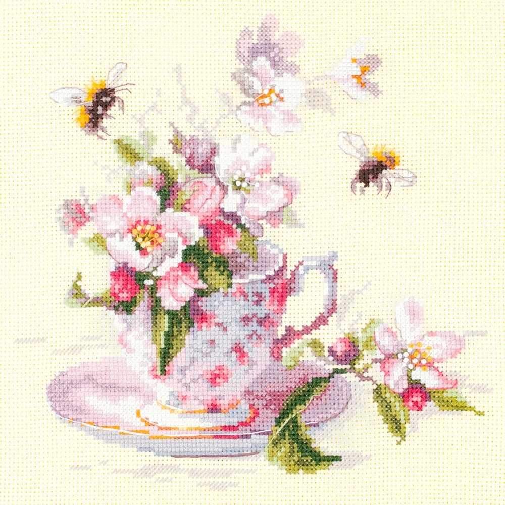 120-041 Чашка с веткой яблони