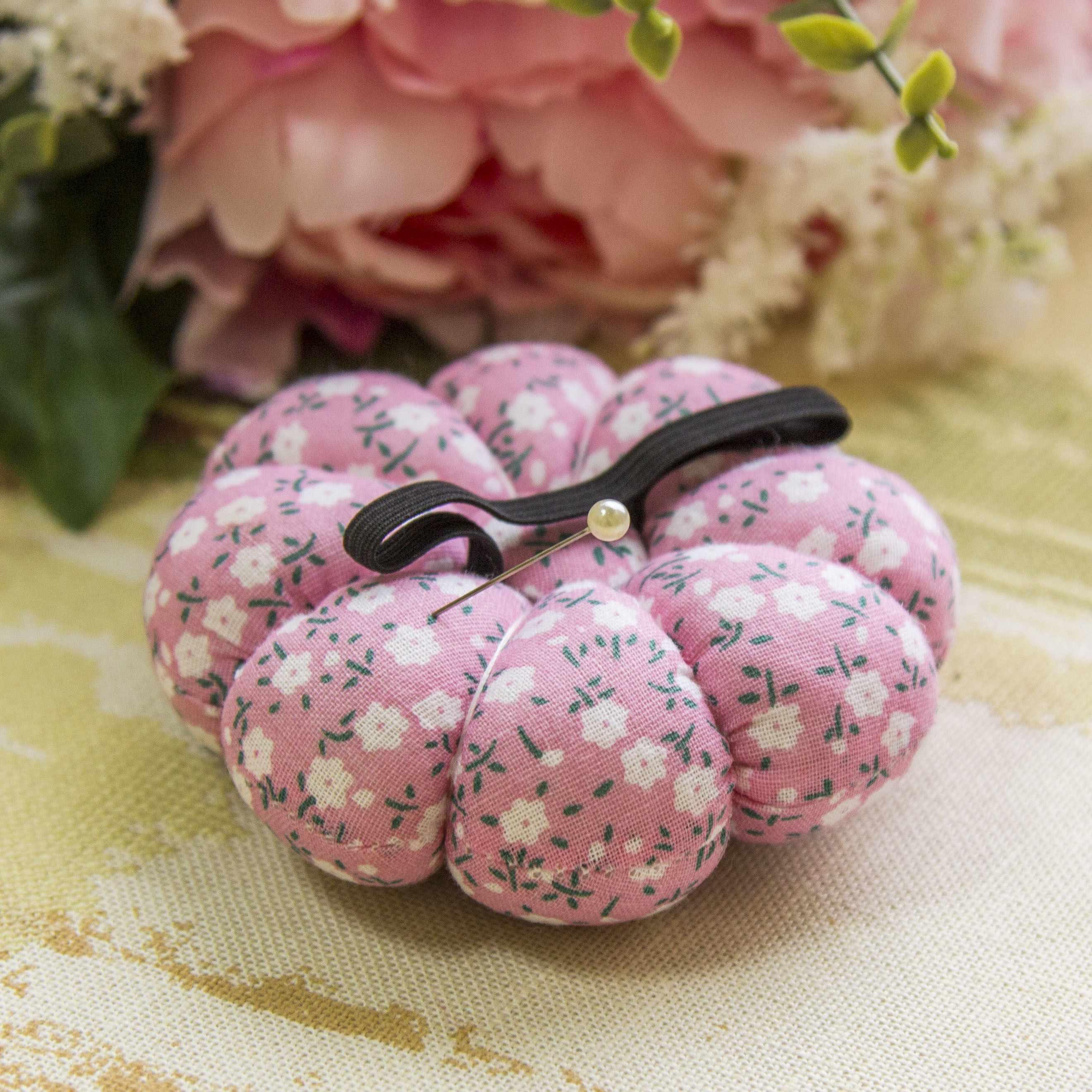 Игольница. Цветы на розовом