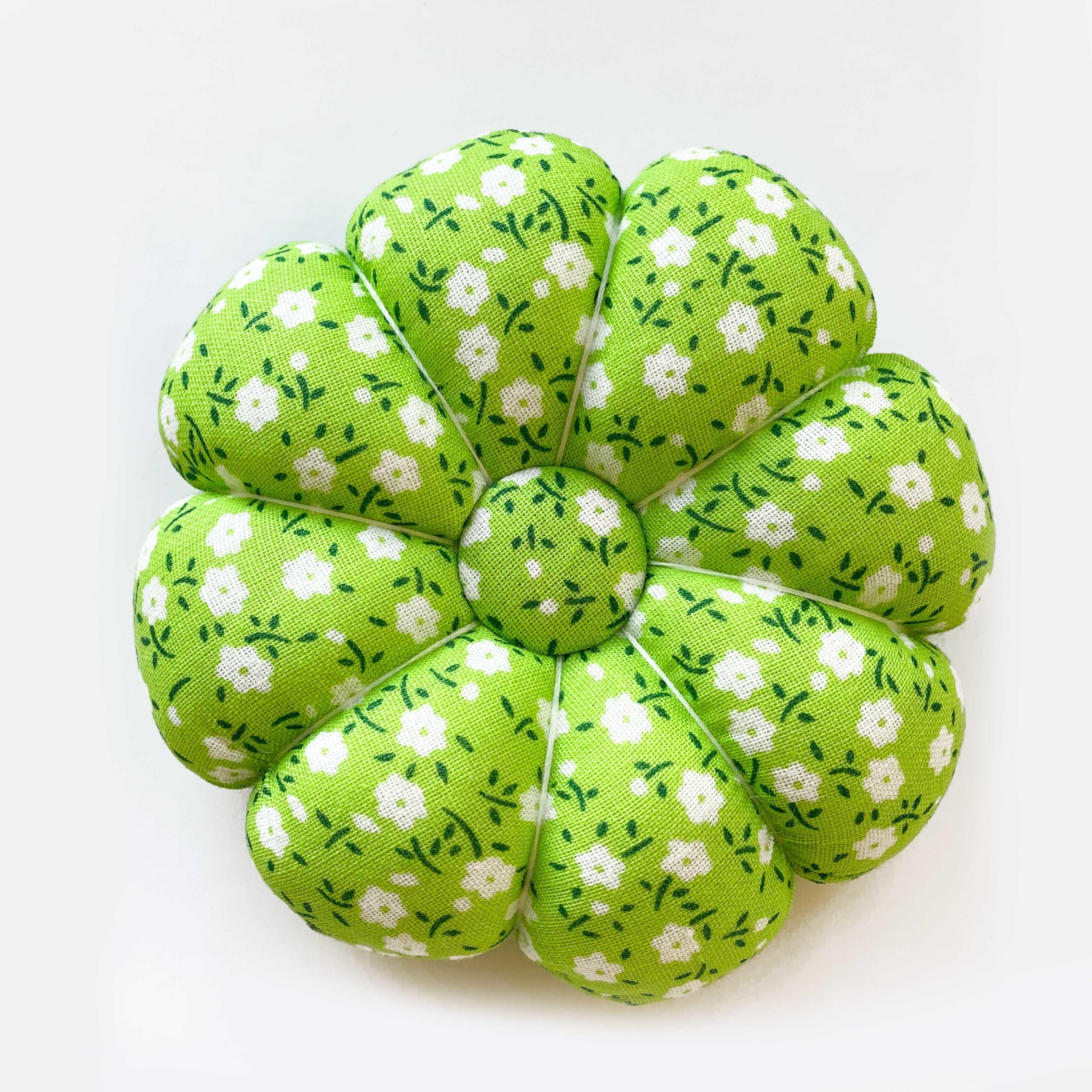 Игольница. Белые цветы на зеленом