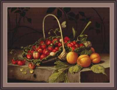 B487 Корзина с клубникой и персиками