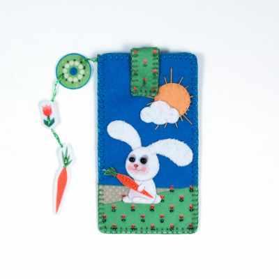 8368 Чехол для телефона Зайка на лужайке - набор вышивания (МП)