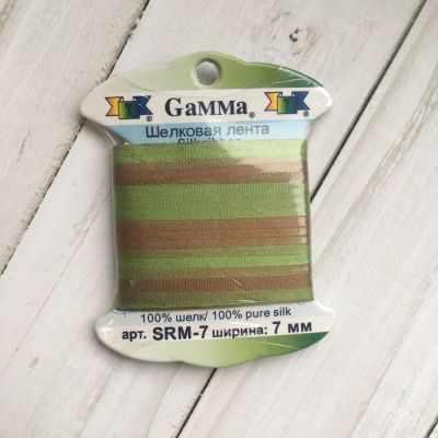Ленты Gamma SRM-7 7 Лента декоративная Gamma шелковая M108 зеленый/св.коричневый ленты gamma srm 13 лента декоративная gamma шелковая m108 зеленый св коричневый