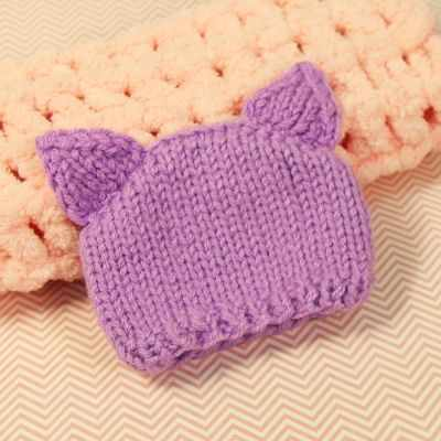 Вязанная шапочка для куклы. Фиолетовая с ушками 2